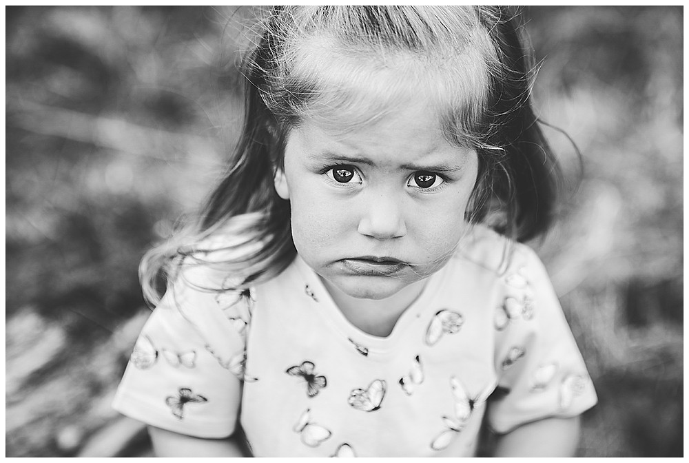 Kind schaut in Kamer abei Familienshooting