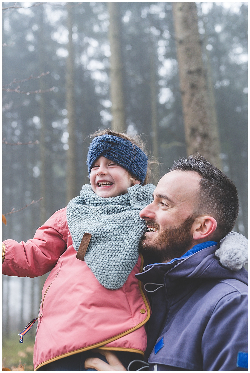 Tochter lacht auf Papas arm