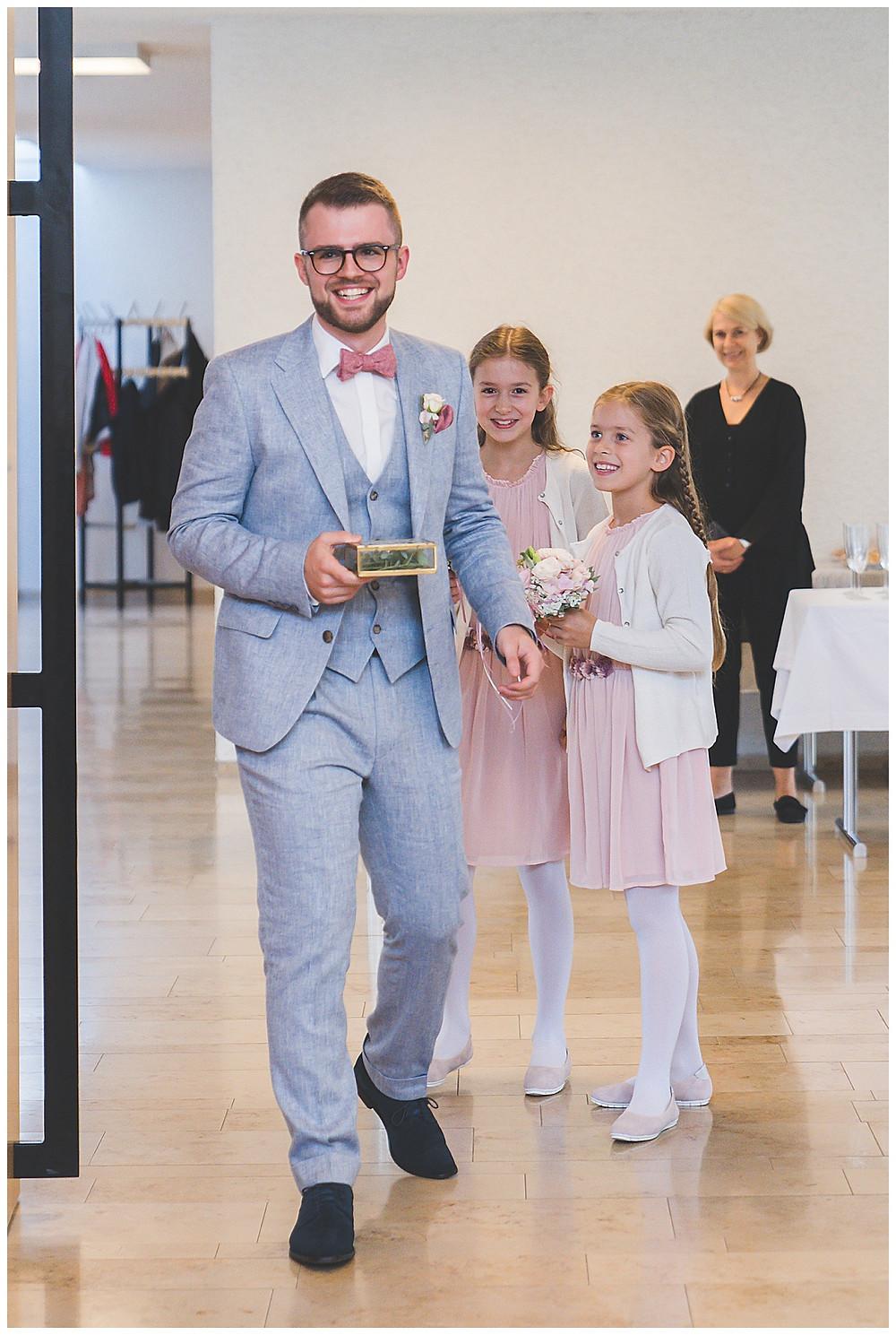 Bräutigam kommt mit Ringen