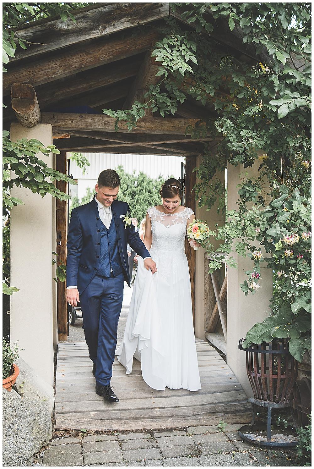 Brautpaar kommt in die Location Allgäu