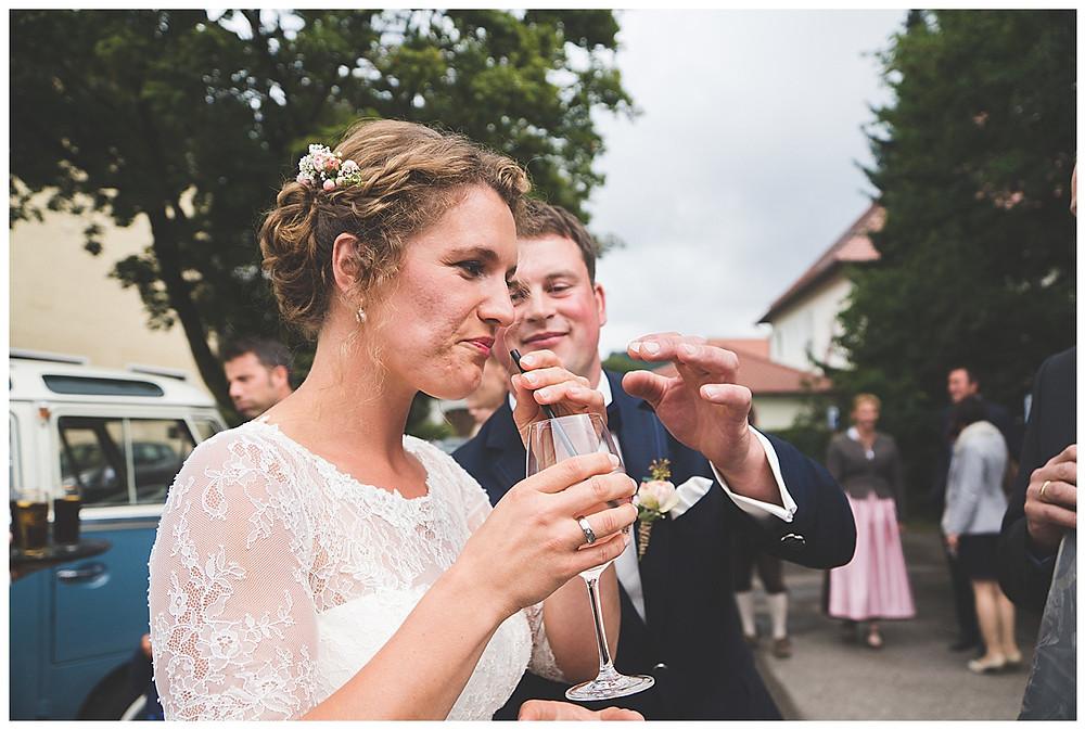 Braut und Bräutigam trinken