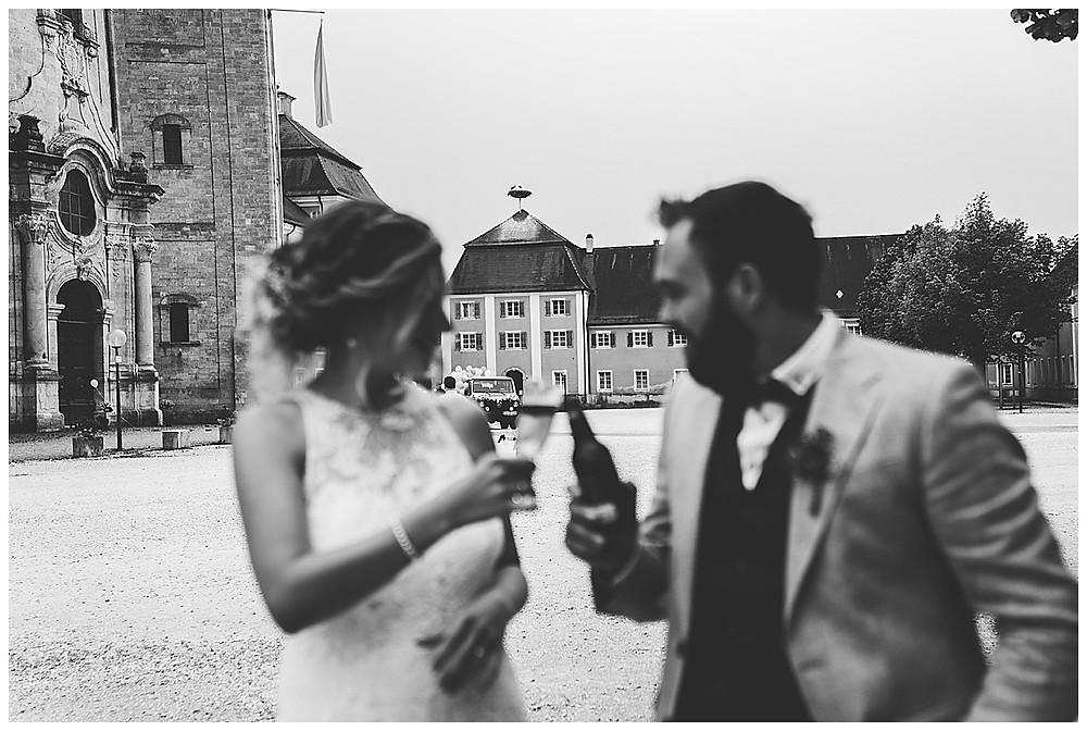Brautpaar stößt an mit Sekt