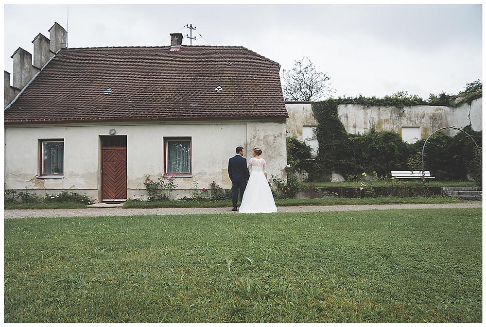 Brautpaar steht im Garten