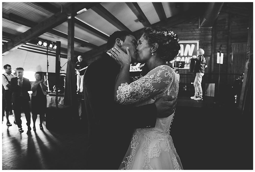 Brautpaar küsst sich nach Tanz.
