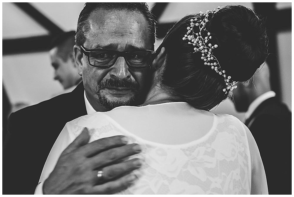 Hochzeitsfotograf Heidenheim Papa gratuliert Braut und weint