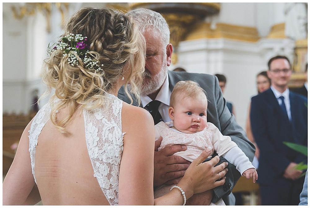 Brautpapa und Tochter küssen isch in Kirche