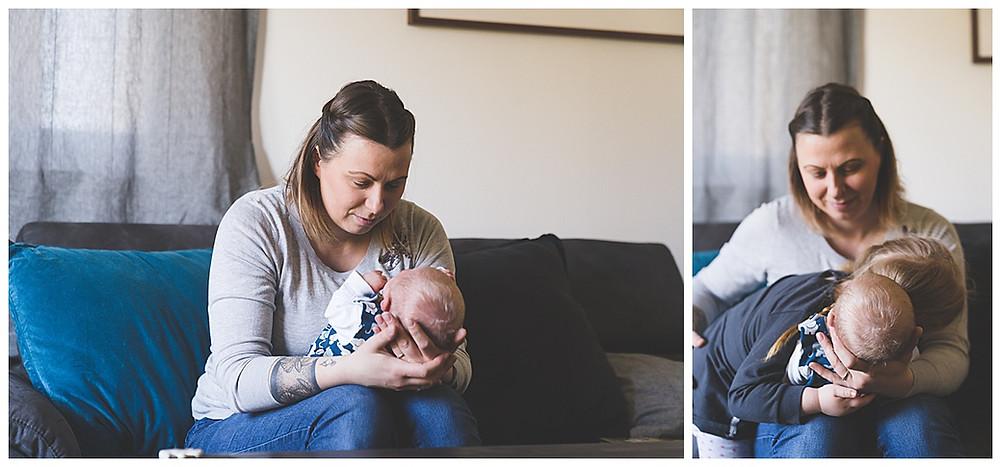 Mama und Baby auf Sofa in Augsburg