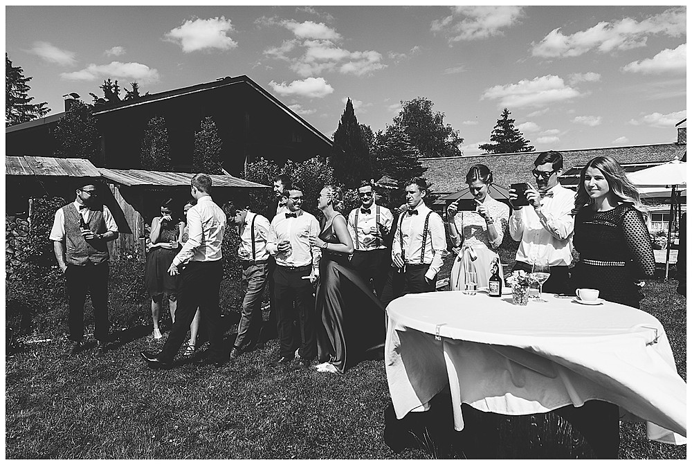 Hochzeitsgäste filmen mit Handy