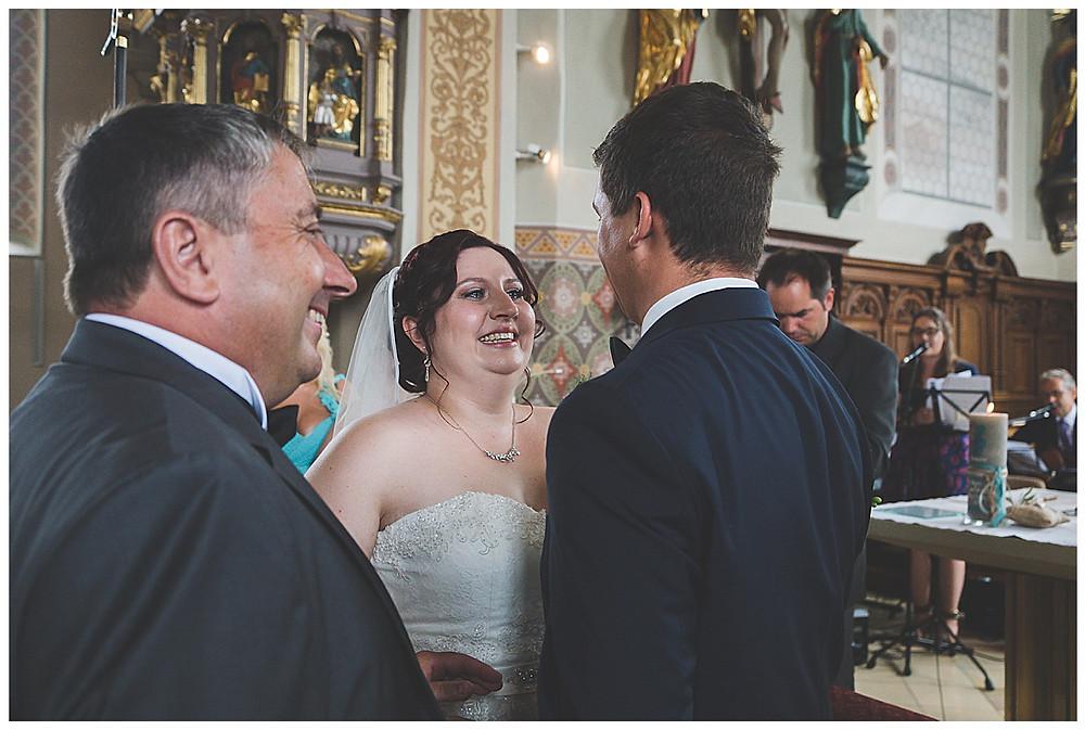 Brauteinzug in Kirche mit Papa