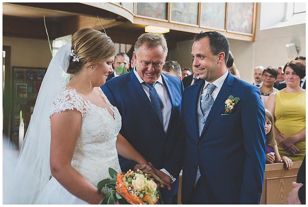 kirchliche Hochzeit übergabe von Brautvater