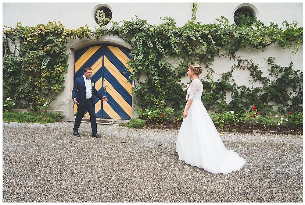 Bräutigam sieht seine Braut das erste Mal und schreit vor Glück