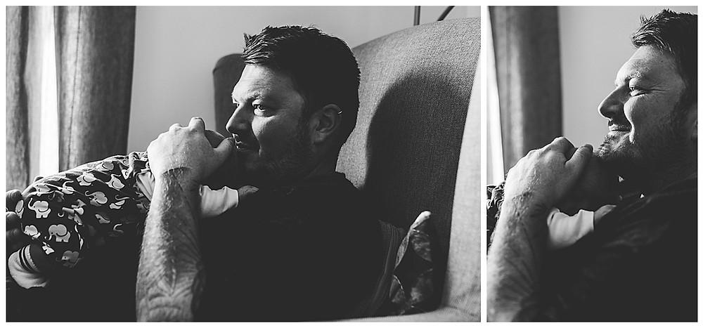 Papa und Sohn kuscheln auf dem sofa in Augsburg