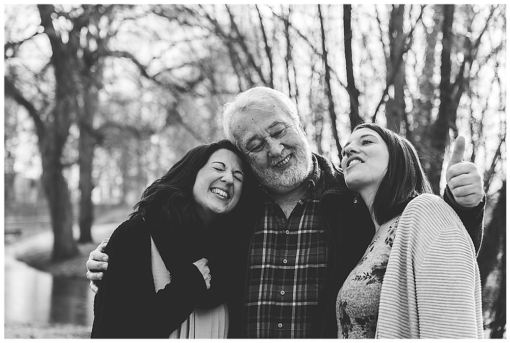Papa und seine Töchter umarmt im park