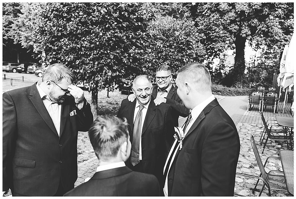 Hochzeitsgäste machen Witze am Standesamt in Ammersbek