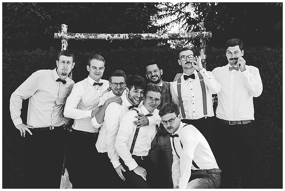 Gruppenbild auf Hochzeit mit den Männern