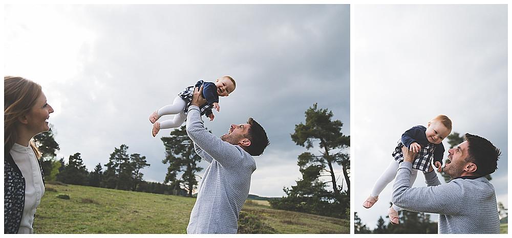 Papa wirft Tochter hoch und sie lacht