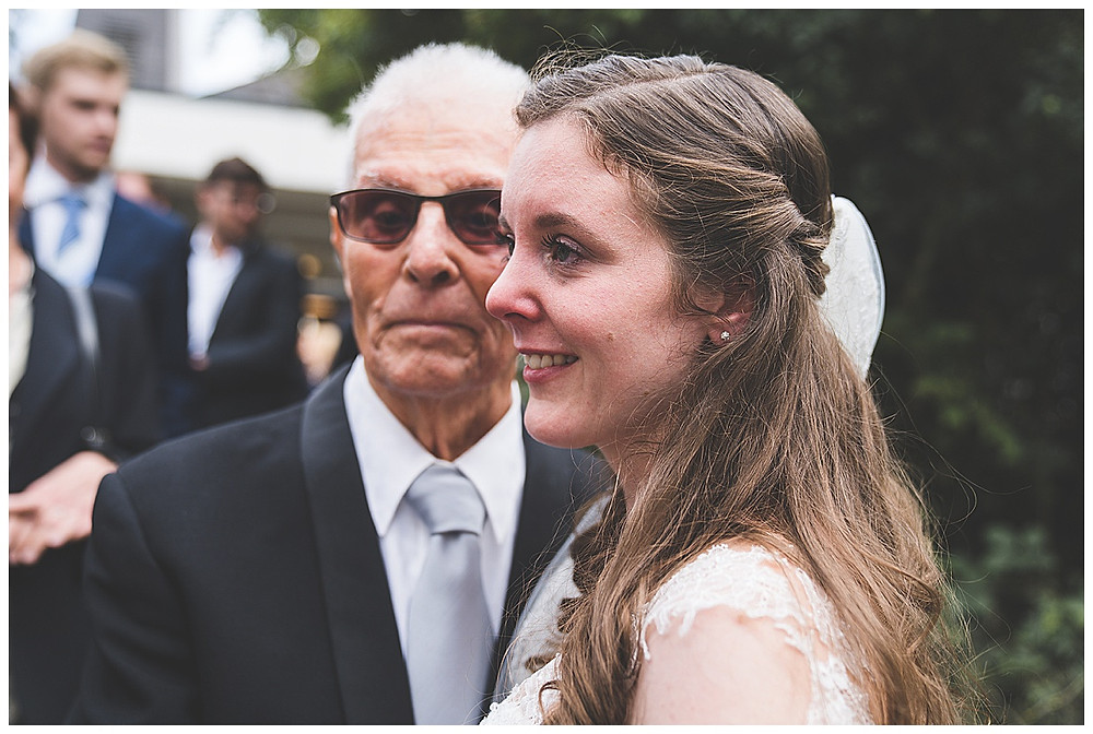 Braut und Opa weinen