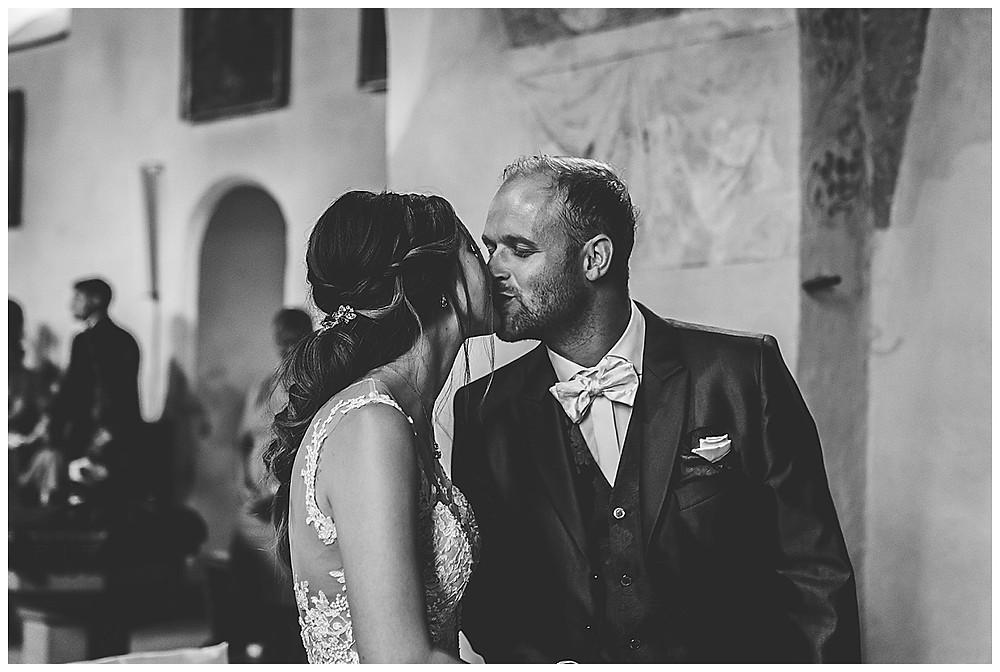 Kirche Scharenstetten Hochzeit  Brautpaar  Kuss