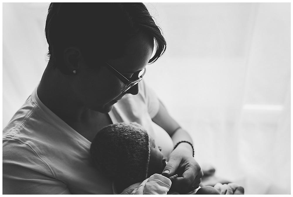 Mama und Sohn beim Babyfotografen