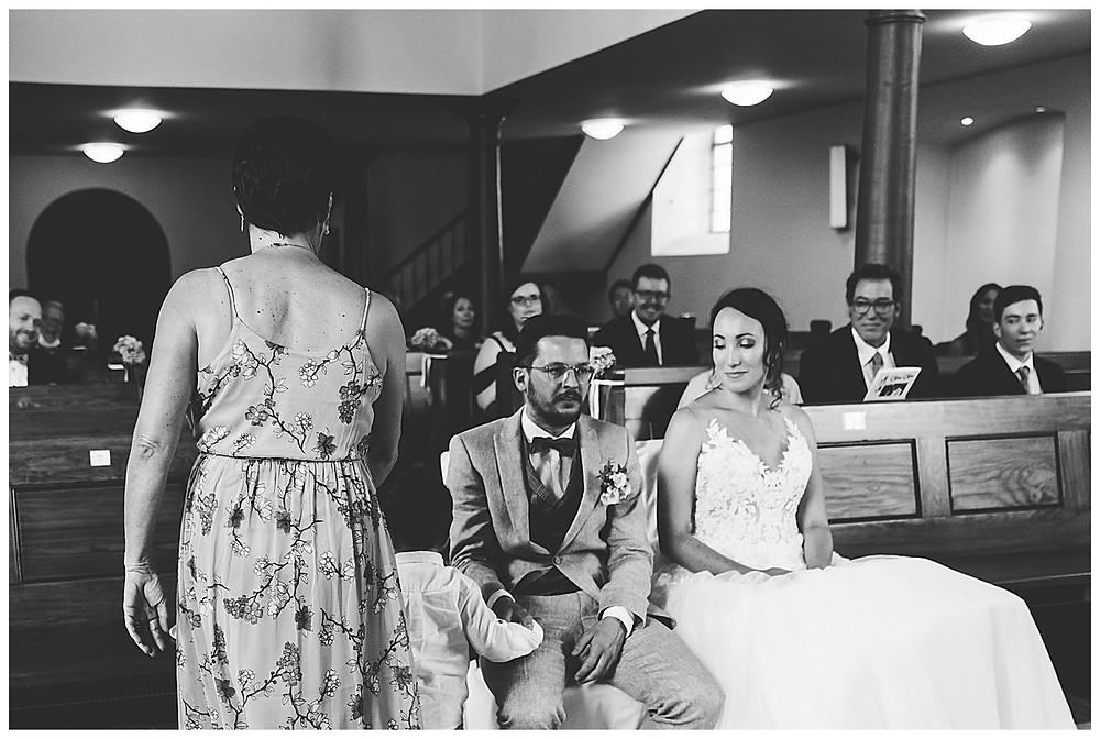 Sohn bringt Ringe zum Altar bei Hochzeit