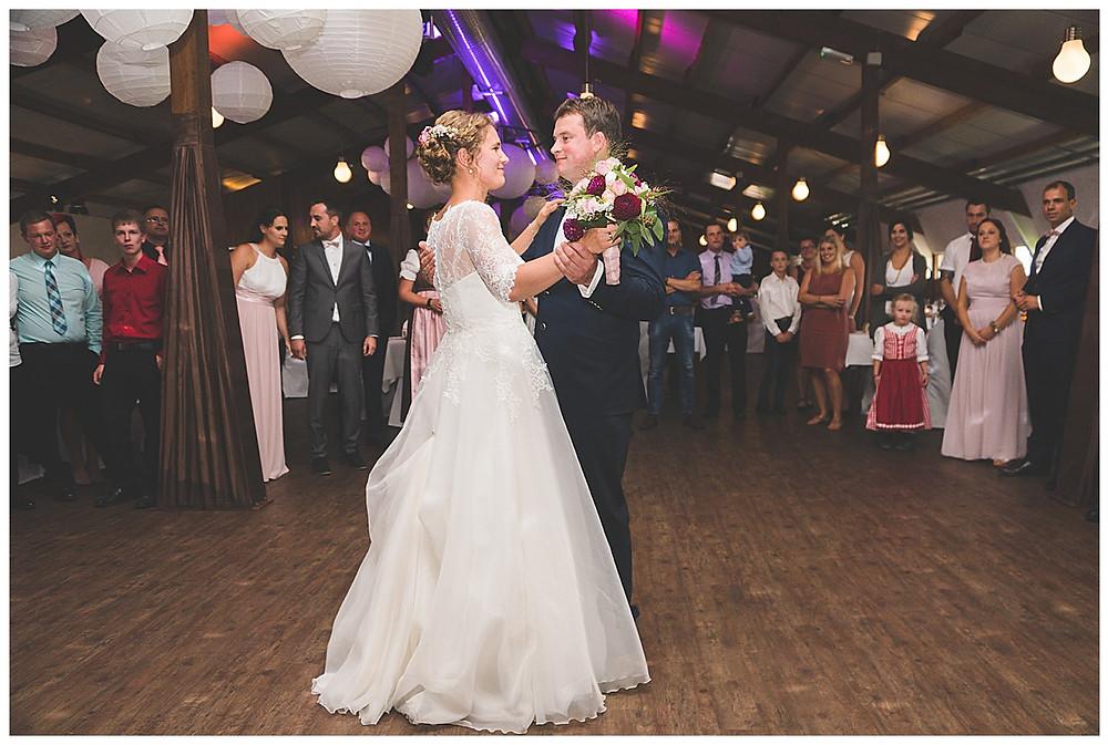 Brautpaar tanzt Hochzeitstanz
