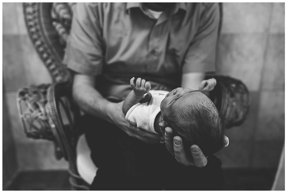 Papa hält sein neugeborenes