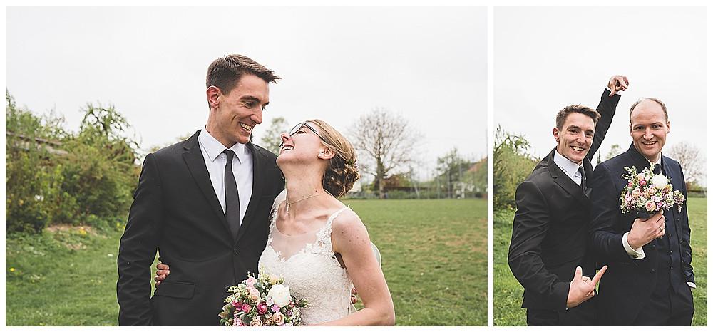 Braut und Bruder lachen miteinander