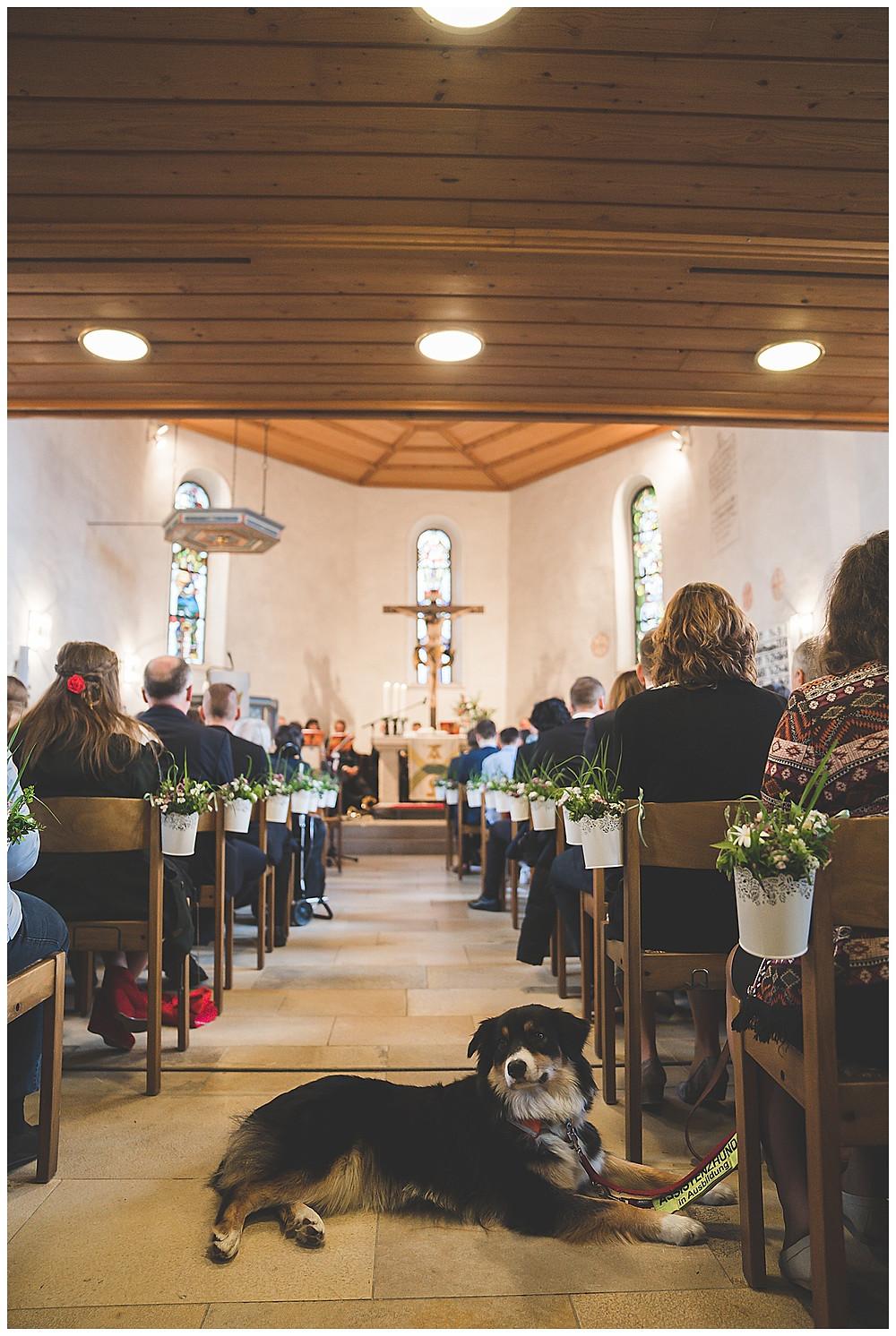 Kirche Öllingen mit Hund