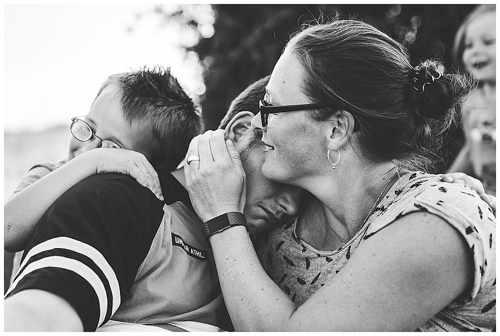 Familie umarmt sich beim Familienshooting