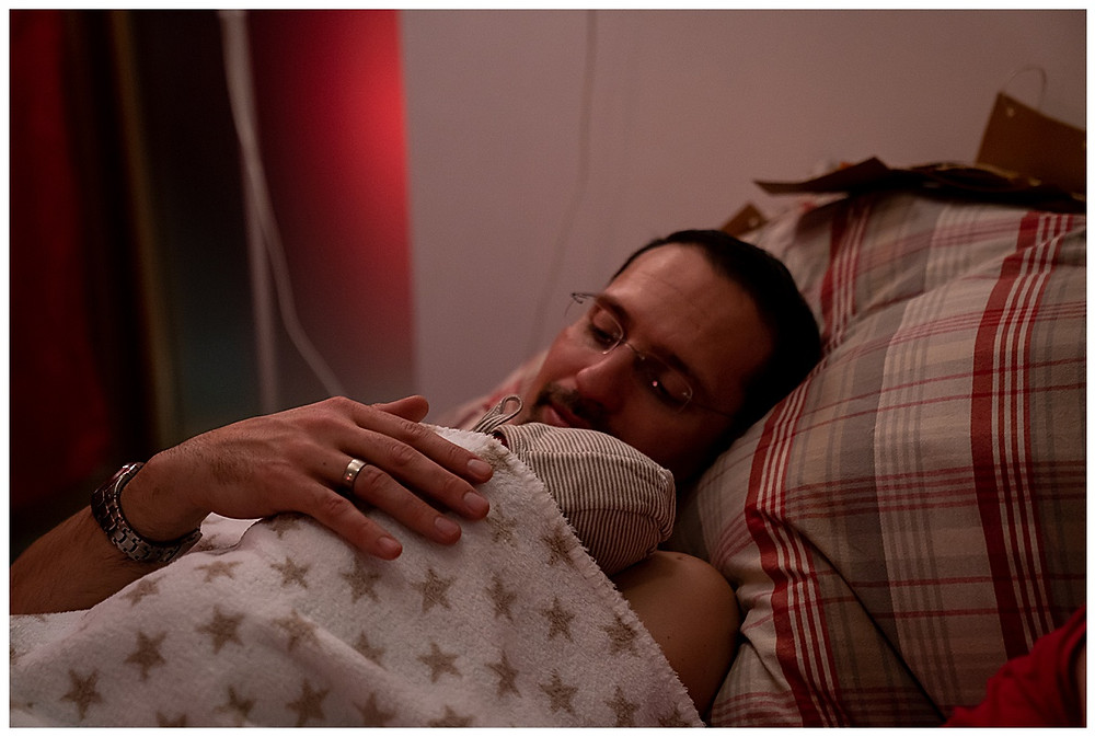 Papa und Baby im Geburtshaus