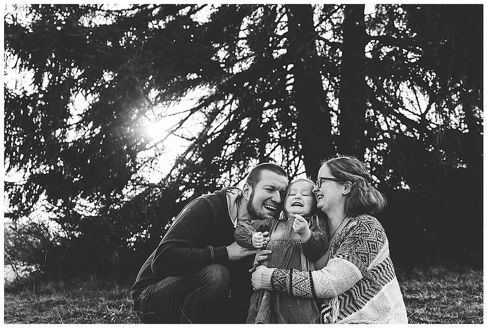 lachende familie in der sonne