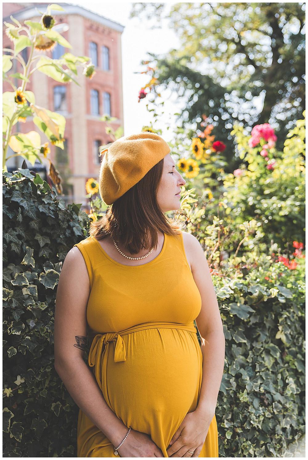 schwangere im Kleid im Augsburger Bismarckviertel
