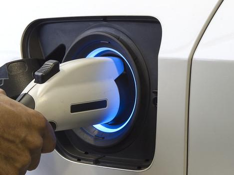 Firmabilen er en elbil: Skal arbeidsgiver dekke strømutgiftene?