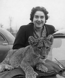 Erna Schlüter mit einem jungen Löwen
