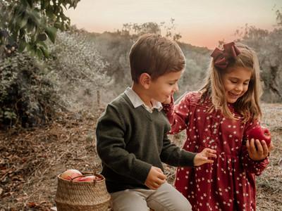 Fotografía de hermanos en Mairena del Aljarafe. Nunca unas manzanas dieron tanto juego