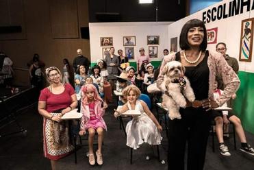Personagens icônicos da cuiabania são interpretados por crianças em espetáculo no Cine Teatro