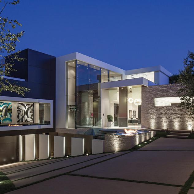 A-luxurious-villa-with-a-big-driveway.jp
