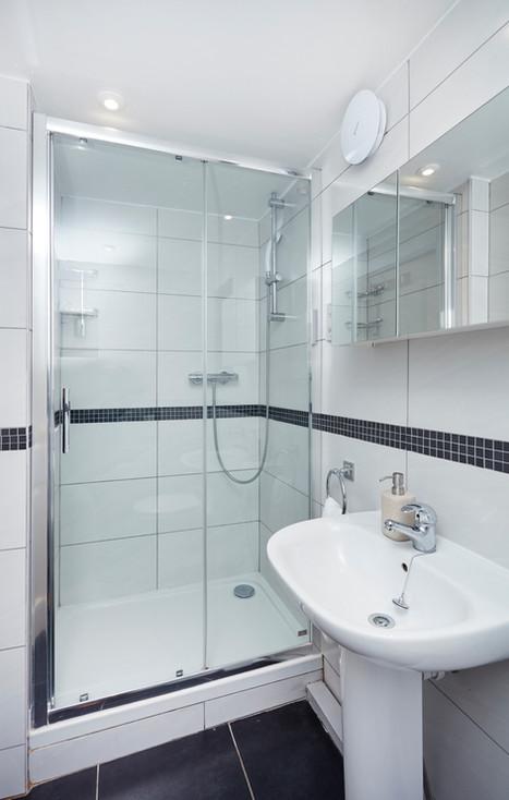 Bathroom (Room 10)