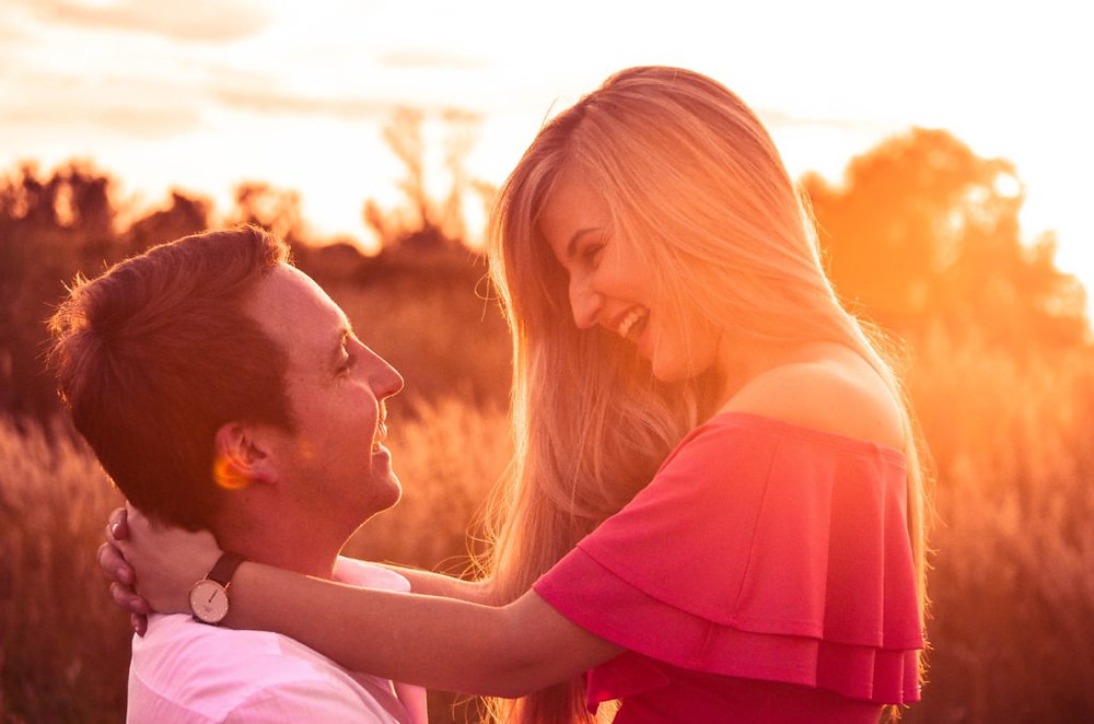 5 body language cues that make him fall in love with you
