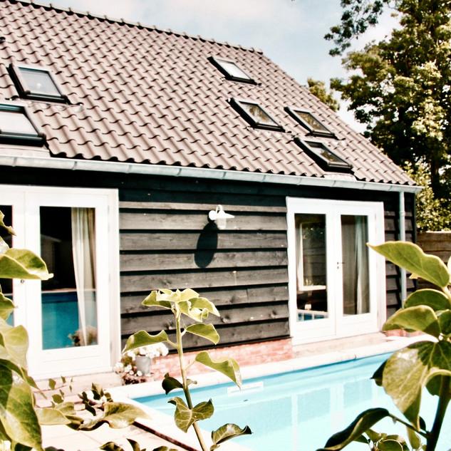 achteraanzicht huis + zwembad 2_edited.j