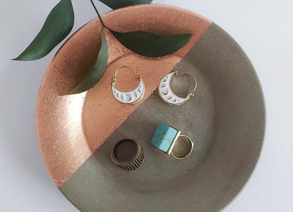 Round concrete and copper dish