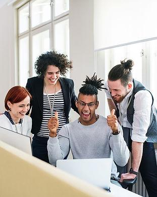 Equipe content hommes femmes réussite ordinateur coopération travail partenariat
