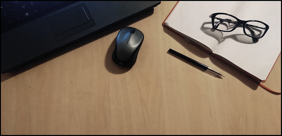 PC ordinateur lunettes stylo souris carnet bureau travail études