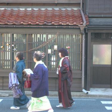 町家の街並に着物が似合います。
