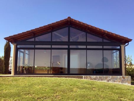 Fermeture d'une terrasse pour créer une pièce de vie supplémentaire.