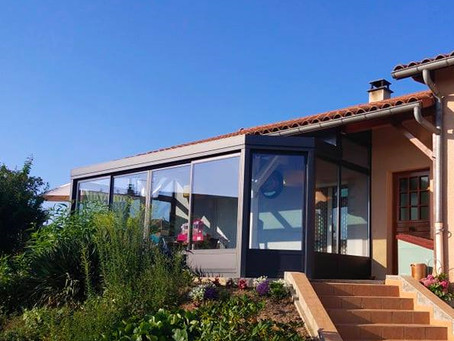 Véranda gris anthracite avec toiture droite et 1 étoile ⭐ sur la commune de Villemontais