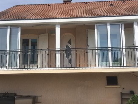Véranda blanche sur balcon