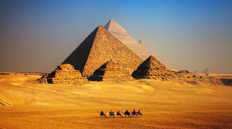 3. Şəkillərdə Misir piramidaları
