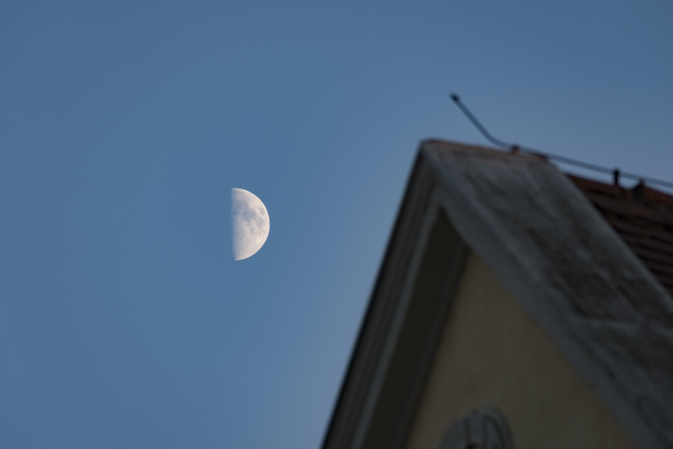 Mond über Rothenburgs Dächern