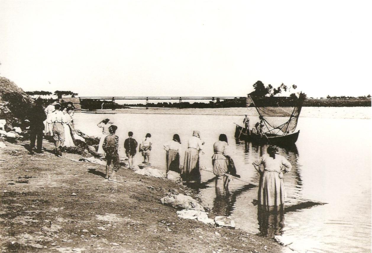 Santa Croce sull'Arno. Lavandaie e navicello di pescatori, primi 900